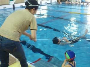 着衣水泳で身を守る体験